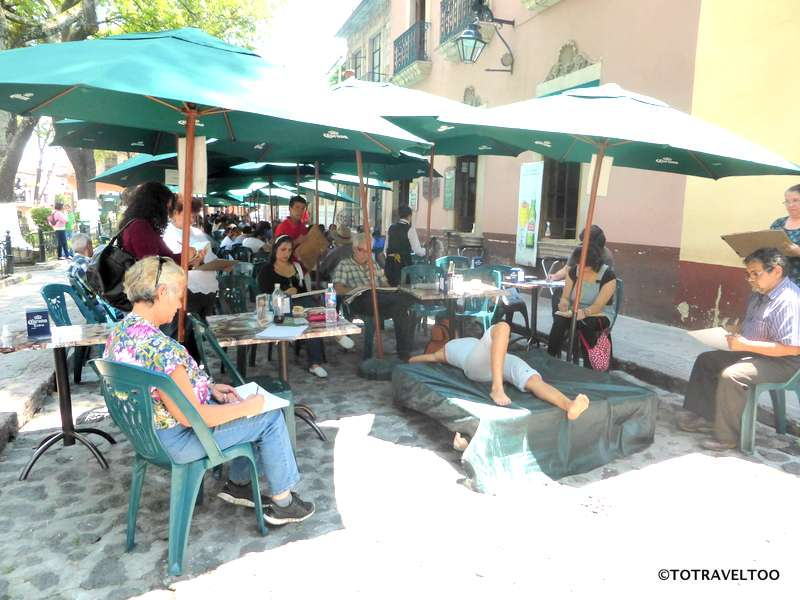Grab a beer and watch the art class in Morelia