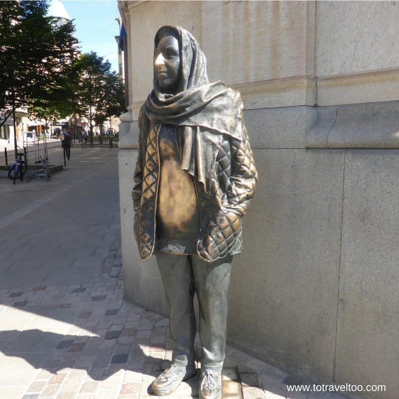 Visit Stockholm and the Royal Dramatic Theatre to keep warm rub this statute