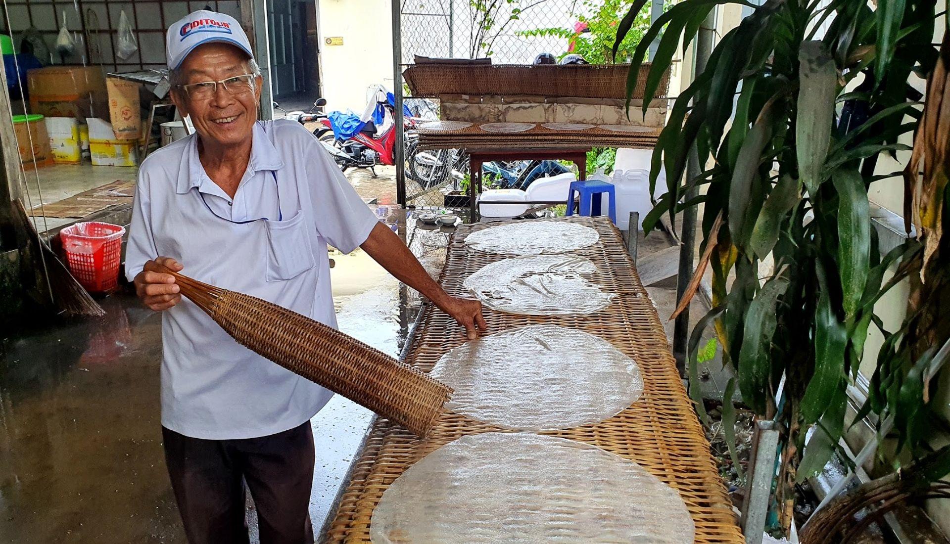 Making rice paper near Cai Rang