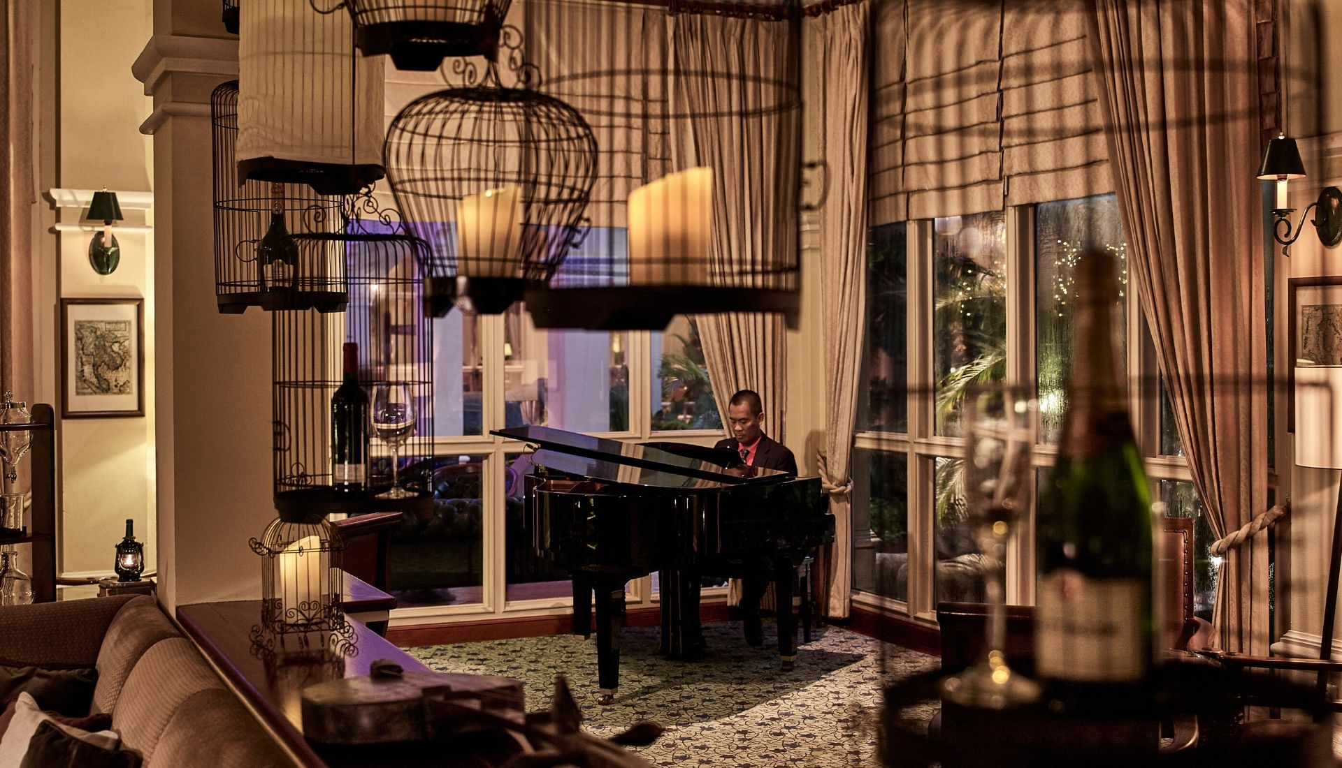 Explorers Tales bar where you can listen to the resident pianist