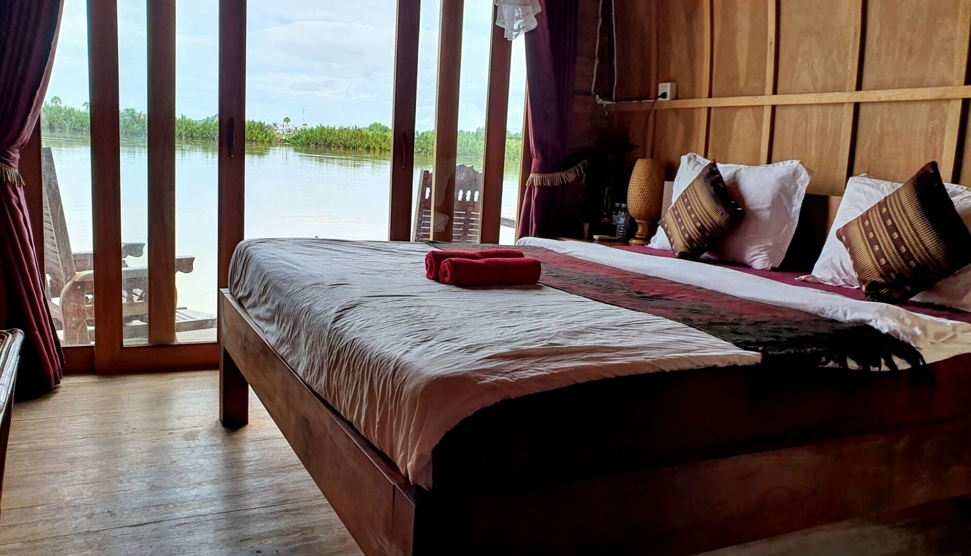 Double room on the river at Bamboo Bungalows